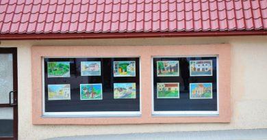 Sabiles pilsētas dzimšanas dienas mēnesī pilsētas ēku logus rotā bērnu zīmējumi